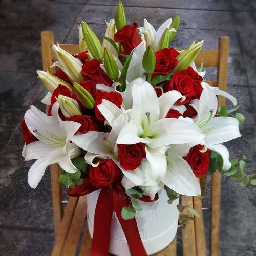 crvene-ruže-i-ljiljani-u-flowerbox-kutiji